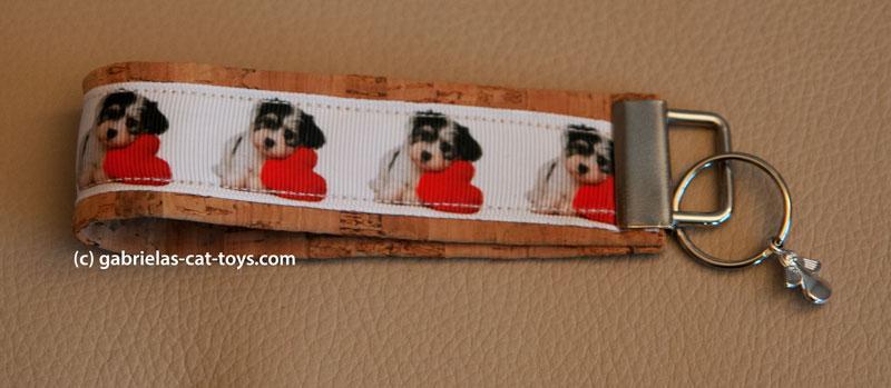 Schlüsselanhänger weißes Bank mit Hund und rotem Herz