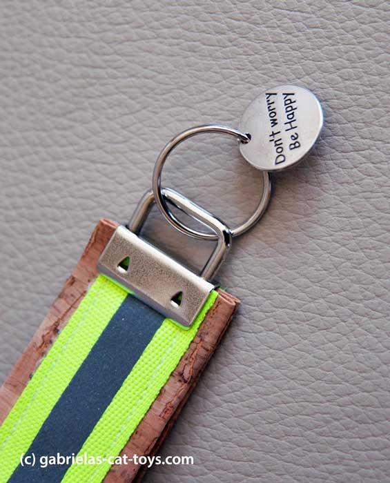 Schlüsselanhänger Reflektorband grün mit Anhänger Smilie Rückseite